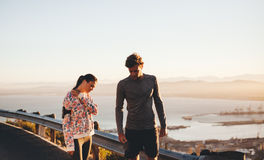 Jeunes couples faisant une pause de session courante Image stock