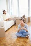 Jeunes couples faisant une pause du déballage photographie stock