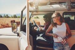 Jeunes couples faisant une pause sur le voyage par la route Photographie stock libre de droits