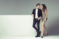 Couples fantastiques regardant dans leurs yeux Photos stock