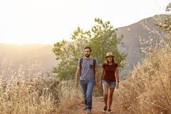Jeunes couples flânant dans les montagnes Photo stock