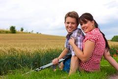 Jeunes couples folâtres augmentant à l'extérieur images stock