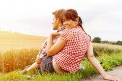 Jeunes couples folâtres augmentant dehors Photographie stock libre de droits