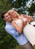 Jeunes couples formant une maison avec leurs mains photos libres de droits
