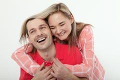 Jeunes couples gais à la maison Femme et étreintes et baisers d'homme à Image libre de droits