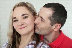Jeunes couples gais à la maison Femme et étreintes et baisers d'homme à Photographie stock