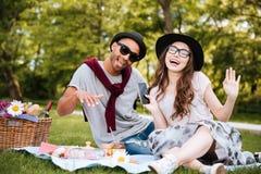 Jeunes couples gais écoutant la musique du smarphone et du chant Images libres de droits