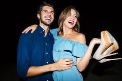 Jeunes couples gais étreignant et ayant l'amusement la nuit Images stock