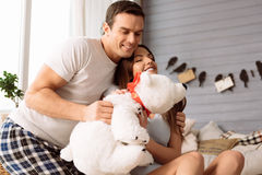 Jeunes couples gais étreignant un jouet bourré Photographie stock libre de droits