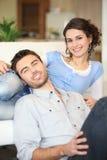 Jeunes couples gais images stock