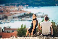 Jeunes couples gais ayant une date d'excursion sur le terrain Paysage urbain visitant le pays, vacances de voyage de bord de la m Images libres de droits