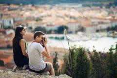 Jeunes couples gais ayant une date d'excursion sur le terrain Paysage urbain visitant le pays, vacances de voyage de bord de la m Photo stock