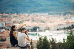 Jeunes couples gais ayant une date d'excursion sur le terrain Paysage urbain visitant le pays, vacances de voyage de bord de la m Photos stock