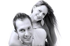 Jeunes couples gais dans l'amour à l'arrière-plan noir et blanc Photographie stock