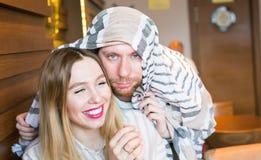 Jeunes couples gais dupant autour à l'intérieur Image libre de droits