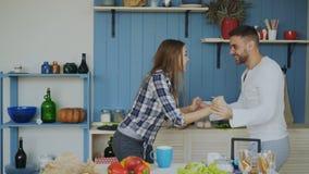 Jeunes couples gais et attrayants dans l'amour dansant ensemble la danse latine dans la cuisine à la maison en vacances Photographie stock