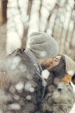 Jeunes couples gais marchant dans un jour d'hiver Images stock