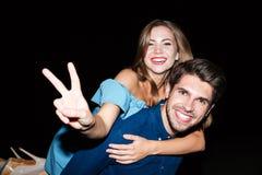 Jeunes couples gais montrant le signe de paix et ayant l'amusement Images libres de droits