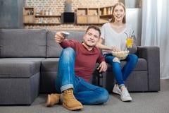 Jeunes couples gais se reposant à la maison et films de observation ensemble Images libres de droits
