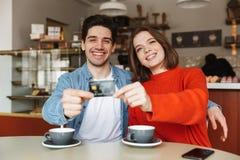 Jeunes couples gais se reposant à la table de café Image libre de droits