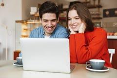 Jeunes couples gais se reposant à une table de café Image libre de droits