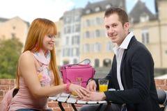 Jeunes couples gais se reposant dans une terrasse de café Photo stock