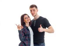 Jeunes couples gais se tenant gestes de mains ensemble de sourire et d'exposition Images libres de droits