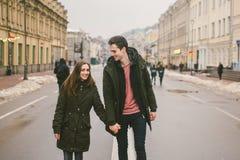 Jeunes couples, garçon hétérosexuel et fille de nationalité caucasienne, couple affectueux, promenade autour du centre du pays de photos libres de droits