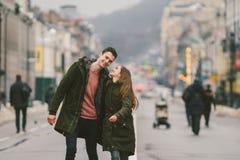 Jeunes couples, garçon hétérosexuel et fille de nationalité caucasienne, couple affectueux, promenade autour du centre du pays de photo stock