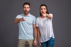 Jeunes couples gentils dans le studio Photographie stock