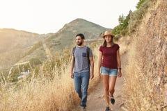Jeunes couples gentils flânant en bas de la montagne Photo stock