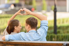 Jeunes couples gentils se reposant sur le banc Images libres de droits