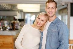 Jeunes couples gentils se tenant dans le café Image libre de droits