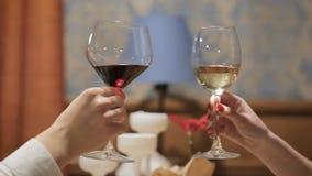 Jeunes couples grillant avec le verre de vin et le champagne dans un restaurant Deux personnes grillant en partie banque de vidéos