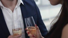 Jeunes couples grillant le champagne dans le restaurant dater Jeune homme et femme sur le dîner romantique buvant au restaurant image libre de droits
