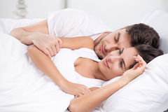 Jeunes couples adultes dans la chambre à coucher photos stock