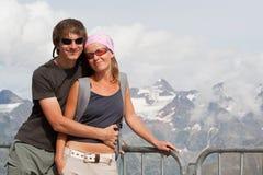 Jeunes couples hauts dans les montagnes Photos libres de droits
