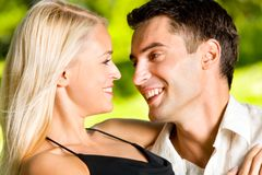 Jeunes couples heureux, à l'extérieur Photos stock