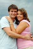 Jeunes couples heureux à l'extérieur photo libre de droits