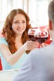 Jeunes couples heureux à la date romantique Photo stock
