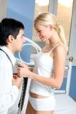 Jeunes couples heureux à la maison Photos libres de droits
