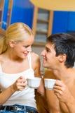 Jeunes couples heureux à la maison Photographie stock libre de droits