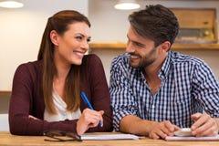 Jeunes couples heureux à la maison photo libre de droits