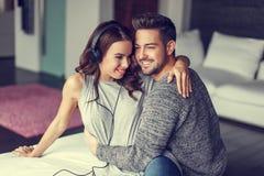 Jeunes couples heureux écoutant la musique d'intérieur Photos stock
