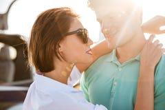 Jeunes couples heureux étreignant à l'extérieur Photo libre de droits