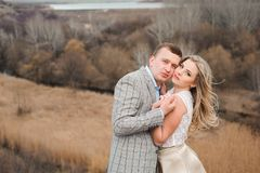 Jeunes couples heureux étreignant au bord de la montagne, à l'arrière-plan un paysage très beau image stock