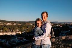 Jeunes couples heureux étreignant et riant dehors image stock