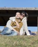 Jeunes couples heureux étreignant et souriant extérieur Image libre de droits