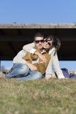 Jeunes couples heureux étreignant et souriant extérieur photos stock