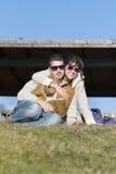 Jeunes couples heureux étreignant et souriant extérieur images stock